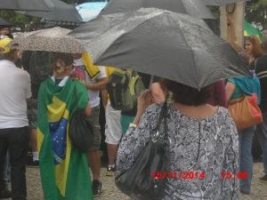 Manifestantes concentrados na praça em frente ao Copacabana Palace