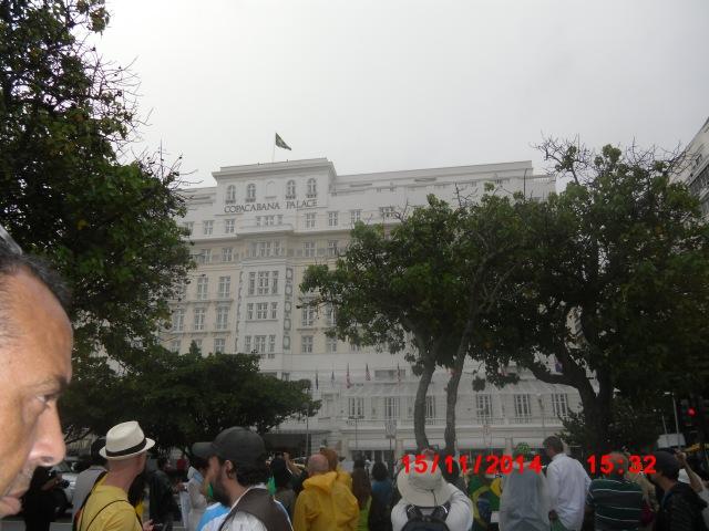 O Pavilhão Nacional tremula sobre o Copacabana Palace