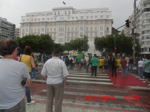 O Copacabana Palace hasteia a Bandeira Nacional durante o evento. Participantes cantam o Hino Nacional
